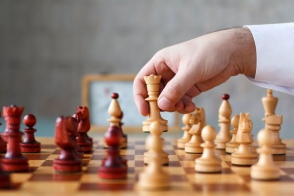 O que é alavancagem financeira? Tabuleiro de Xadrez, movendo as peças.