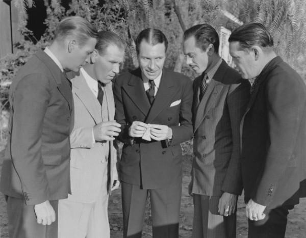 Homens discutindo meus investimentos com a alta da Selic