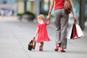 criança com a mãe comprando shopping consumo excessivo dinheiro mesada