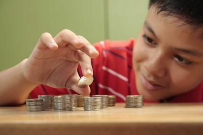 criança contando dinheiro moedas mesada de onde vem