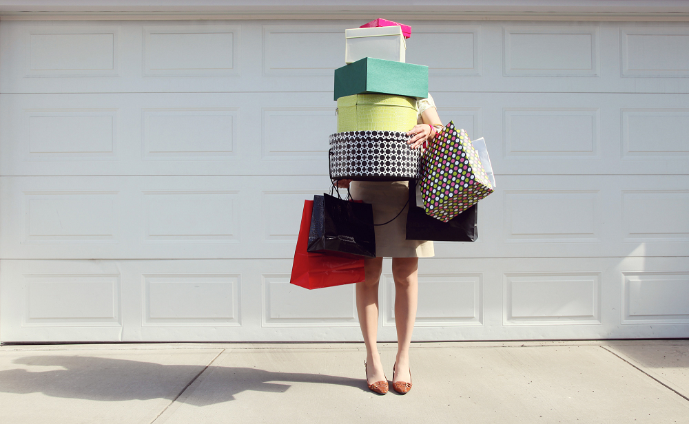 mentem e escondem suas compras shopping mulher com muitas sacolas shopaholic