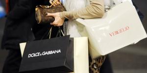 mentem e escondem suas compras shopping mulher com sacolas