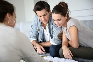casal fazendo uma consultoria financeira