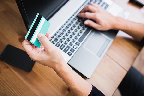laptop-e-cartão-de-credito