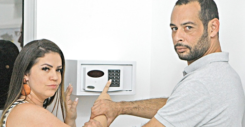 HOJE EM DIA - Tres em cada 10 pessoas omitem do marido ou esposa parte dos gastos