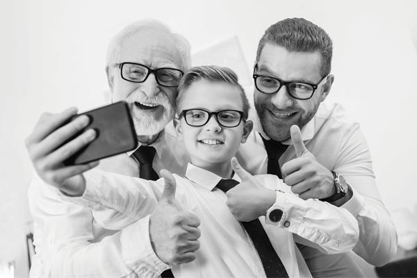 Três homens vestidos de forma semelhante. Um idoso, um adulto e uma criança. Eles representam 3 gerações de homens de negócio