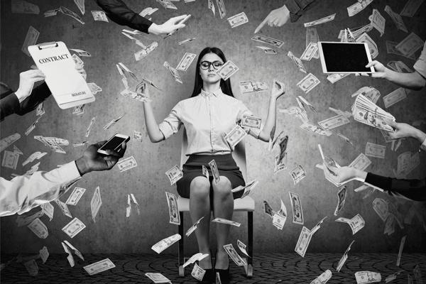 Controle de Gastos - imagem que ilustra o texto. Uma mulher sentada meditando enquanto notas de dinheiro caem sobre ela