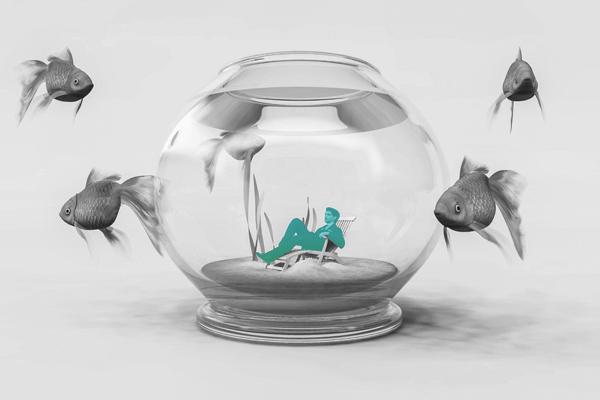 Gestão de seguros - Em um aquário, um homem sentado confortável enquanto peixes rodam ao lado de fora
