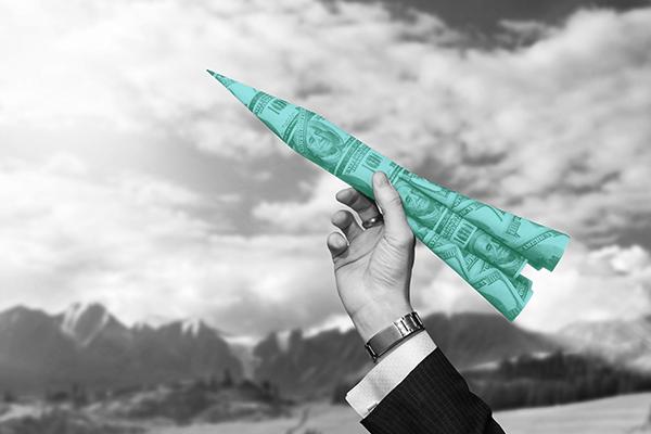 melhores fundos - Mão com um foguete feito de dinheiro. Toda a imagem está em preto e branco, enquanto o foguete esta verde