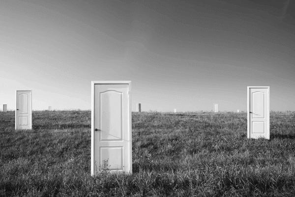 mercado primário - uma serie de portas em meio a uma planície