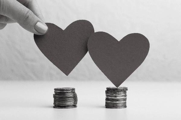 tipos de casamento: 2 corações de papel sob pilhas de moeda