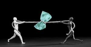 Tesouro Selic - Cabo de guerra entre duas pessoas com uma nota de dinheiro ao centro
